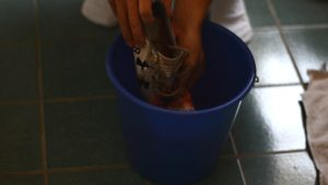 Beim Hot Water Trick werden zu harte Stellen des Schuhs in warmes Wasser gehalten.