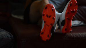 Trage Deine neuen Schuhe im Alltag um sie flexibler zu machen.